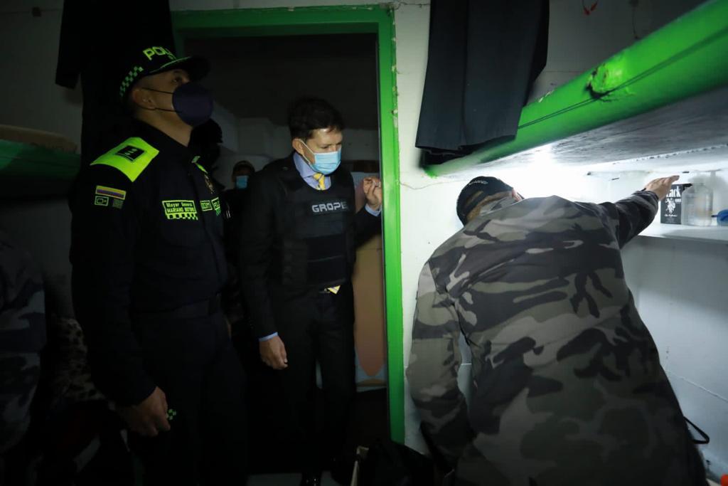 El ministro de Justicia, Wilson Ruiz, supervisó los operativos de intervención en cárceles de Colombia.