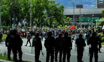Policia Patada Medellin