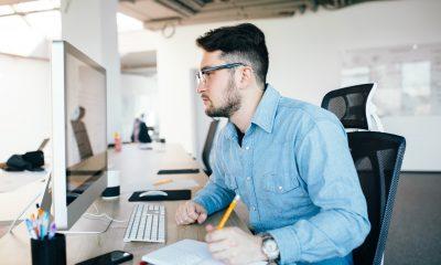 Hombre consulta información en su computador sobre el subsidio de desempleo