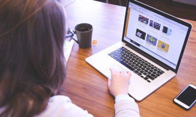 Mujer trabajando en el computador