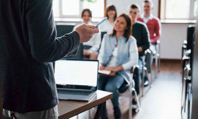 becas 2021 profesor dando clase