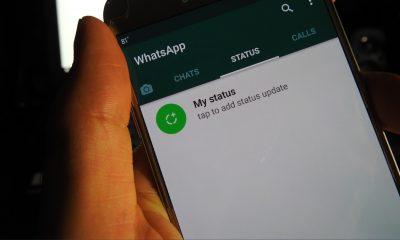 Mano sosteniendo un smartphone con WhatsApp