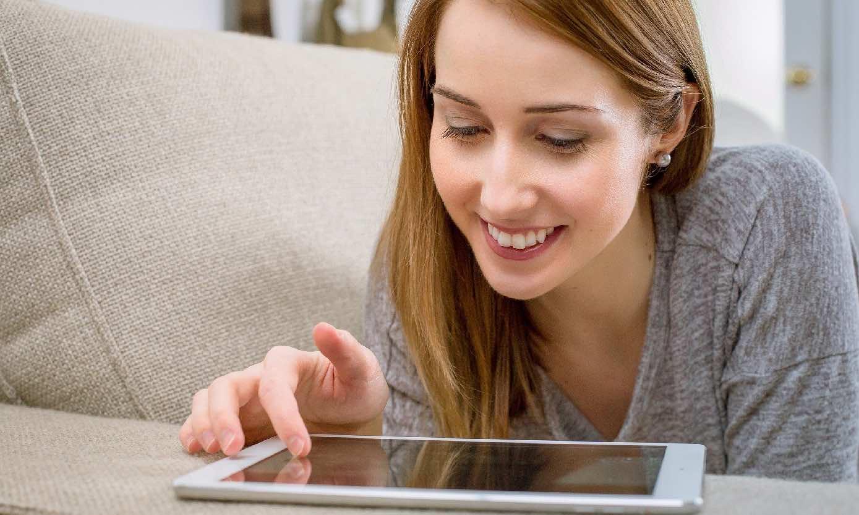 Mujer viendo una tablet