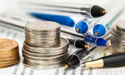 Dinero-monedas-bolígrafos