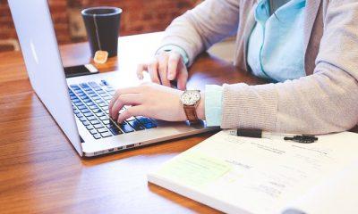 persona redactando en un computador su hoja de vida